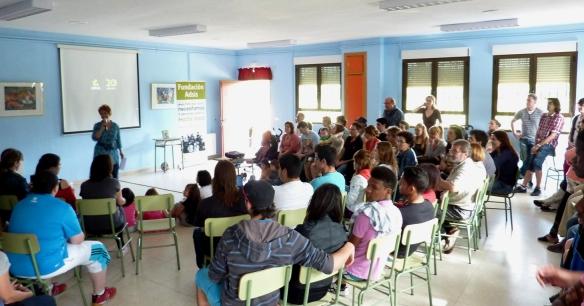 Los participantes escuchan la presentación de la jornada