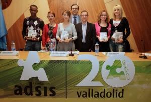 """Ponentes y jóvenes en el acto de presentación del libro """"Mirando al Futuro"""""""