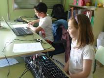 Dos de los técnicos en la Radio Picassete.